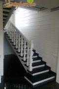 Лестница из массива ясеня с подсветкой и красивым ограждением.