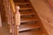 Лестница из массива сосны с брашировкой