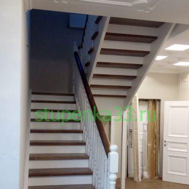 Лестница в комбинации из массива дуба и сосны