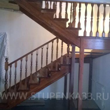 Лестница из сосны с опорными столбами