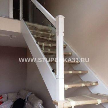 Лестница из массива ясеня в 2-х уровневую квартиру