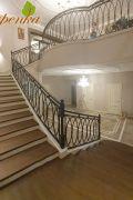 Обшивка бетонной лестницы массивом Дуба целая ламель с красивым художественным кованым ограждением.