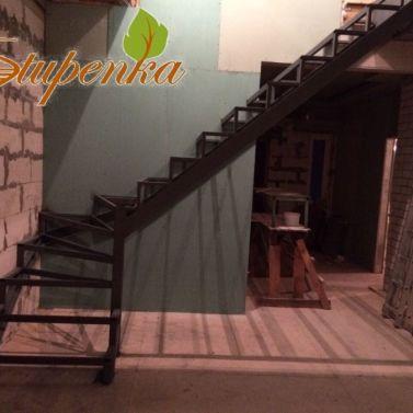 Лестница на металлокаркасе в коттедже