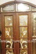 Двери арочные из массива с витражами
