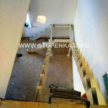 Лестница на красивом открытом металлокаркасе