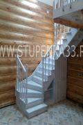 Лестница из массива ясеня в светлой эмали с патиной