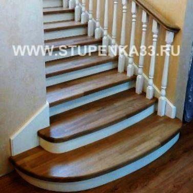 Обшивка металлокаркаса лестницы массивом сосны и дуба