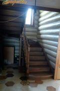 Лестница из массива ясеня срощенная ламель, с тонировкой в 2-х этажный дом.