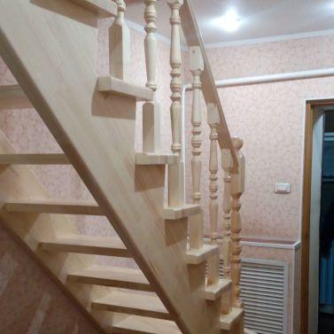 Лестница с забежными ступенями из массива сосны