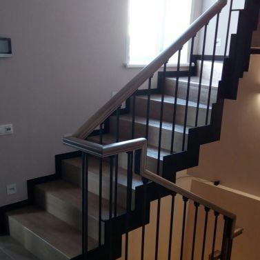 Обшивка массивом ясеня воздушного металлокаркаса лестницы 3 этажа.