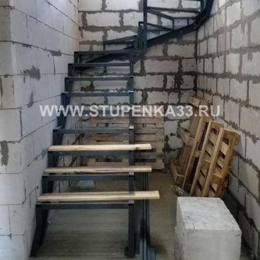 Лестница на металлокаркасе с забежными ступенями