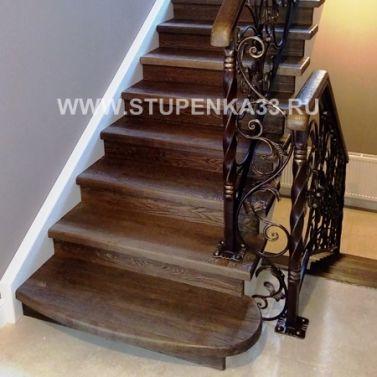 Лестница из массива ясеня с ограждением из ручной ковки