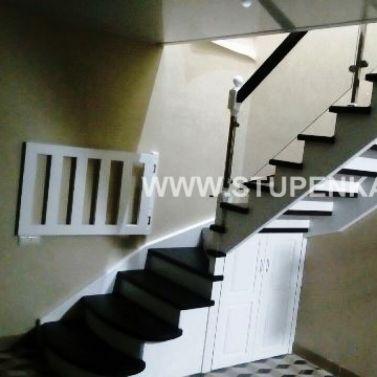 Лестница из массива ясеня с забежными ступенями