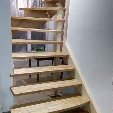 Комбинированная лестница из массива ясеня и сосны
